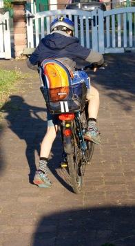 Kind Nummer Zwei auf dem Weg zur Schule.